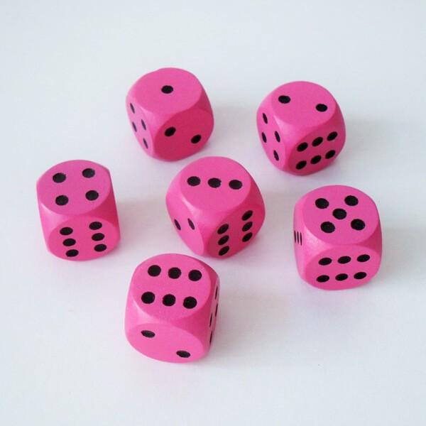 6 Würfel XL aus Ahornholz (20 mm), pink
